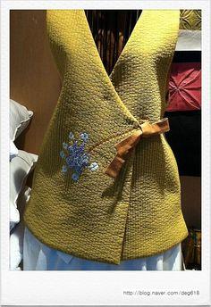 올해도 어김없이 옷을 짓는다. 누군가의 옷을 짓는 일은 전생의 인연을 잇는 일이라는데 더러는 세상과 이... Silk Jacket, Quilted Jacket, Pakistani Dresses Casual, Casual Dresses, Madame Chic, Korean Traditional Dress, Diy Fashion, Womens Fashion, Old Shirts