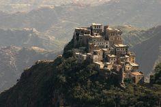 Al Mahwit village on the top of a hill (Yemen) قرية في محافظة المحويت اليمن