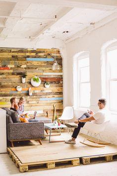Muro y tarima de madera de pallet Interior Exterior, Interior Design, Coworking Space, Petit Studio, Office Interiors, Pallet Floors, パレット Diy, Wand Dekor, Home Projects