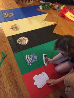 Harry Potter House Banners: We used Dollar Tree t. - Harry Potter House Banners: We used Dollar Tree t. Baby Harry Potter, Harry Potter Motto Party, Harry Potter Fiesta, Harry Potter Thema, Classe Harry Potter, Harry Potter Halloween Party, Harry Potter Classroom, Theme Harry Potter, Harry Potter Bedroom