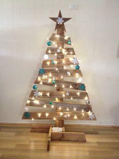 Christmas Tree using Pallets Wooden Xmas Trees, Wooden Christmas Crafts, Driftwood Christmas Tree, Outside Christmas Decorations, Wooden Christmas Trees, Xmas Crafts, Christmas Projects, Christmas Diy, Palette Christmas Tree
