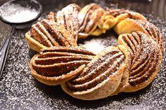 Fahéjas koszorú recept: Karácsonykor akár az ünnepi asztal dísze is lehet ez a koszorúformára font fahéjas kalács. A külső rétegek ropogósra sülnek, a belseje viszont puha marad. Hungarian Cake, Hungarian Recipes, Something Sweet, Creative Cakes, Baked Goods, Bakery, Deserts, Food Porn, Food And Drink