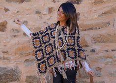 """Good morning!!!!!!!!!!!!!! Hace unos días, en el post""""Trend alert: crochet"""", os comenté que el croché era una de las tendencias de esta temporada y hoy os doy buena muestra de ello. Algunas pensaréis…pero qué hace esta chica con un poncho en esta época del año!!!!! Pues, aunque os parezca mentira, Crochet Cardigan, Crochet Scarves, Crochet Shawl, Crochet Clothes, Knit Crochet, Crochet Granny, Easy Crochet, Granny Square Poncho, Knitting Patterns"""