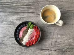 Smoothiebowl og kaffe Smoothie Bowl, Acai Bowl, Bowls, Breakfast, Food, Acai Berry Bowl, Serving Bowls, Morning Coffee, Essen