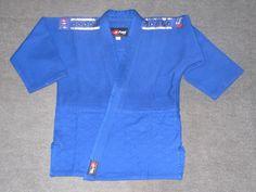 Uniforme Oficial de Judo Extra  Heavy Elite JUDOGUI Azul para Competencia. 100% algodón de 1000 grs. Alta Tecnología Alemana de gran resistencia. Chaqueta tejida con dibujo de arroz y afelpado interior.  Certificado FIJ. Marca FIRE SPORTS.