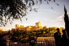 Preboda intima en la Alhambra de Granada. Ideas para fotos de #preboda en Granada. Fotos prebodas Alhambra. Sesion preboda en granada. Informal casual session in granada. La alhambra session photos