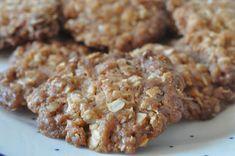 Knasende sprøde havregrynssmåkager med sirup og nougat og smag af karamel. Mine yndlings! Kagerne er nemme at lave og er uden æg. Lækre kager på få minutter