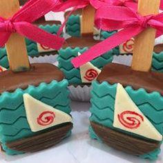 Moana Birthday Party Theme, Moana Party, Mermaid Birthday, Festa Moana Baby, Bolo Moana, Brownie Pops, Oreo Cookies, Candy Buffet, Rice Krispies
