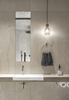 Un piso sorprendentemente amplioelledecoresp Steam Room Shower, Wood Counter, Luminaire Design, House Built, House And Home Magazine, One Bedroom, Tile Design, Elle Decor, Apartment Living