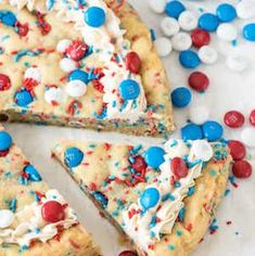 Celebrate America with these 4th of July party foods. There are grilling recipes, BBQ side dishes, festive 4th of July appetizers, 4th of July desserts and red, white and blue drinks included. These patriotic 4th of July party foods are perfect for a crowd. 4th Of July Cake, Fourth Of July Food, 4th Of July Party, July 4th, Patriotic Desserts, 4th Of July Desserts, Holiday Desserts, Sugar Cookie Cakes, Vanilla Fudge