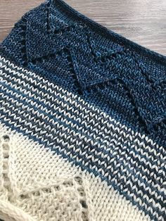 Broken Thyme by Andrea Mowry, knitted by pooeyshoey | malabrigo Arroyo in Natural and Regatta Blue