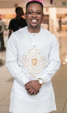 Tagcloset... African Shirts For Men, African Dresses Men, African Attire For Men, African Clothing For Men, African Wear, Nigerian Men Fashion, African Men Fashion, Costume Africain, Afrocentric Clothing