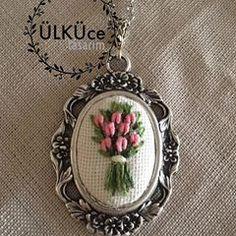 #gül #nakışkolye #nakış #kolye #kolyetasarimlari #necklace #flower#flowernecklace #embroiderynecklace #kaneviçe #kaneviçekolye #kaneviçemodeller #kolye #takı #brezilyanakışı #etamin #etaminişleme #goblen #elişi #elemeği #handmade #kasnak #gül #buket #demet # #etaminkolye #hobi #hobim Ribbon Embroidery Tutorial, Embroidery Neck Designs, Hand Embroidery Flowers, Silk Ribbon Embroidery, Embroidery Jewelry, Diy Embroidery, Embroidery Patterns, Cushion Embroidery, Embroidery Needles
