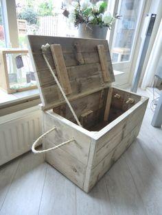 Speelkist van oud steigerhout, hoort ook nog een leuk lampje en 2 wandkastjes bij.  Kist opgepimt met vegen verf en naamstempel. Erg leuk hoor.