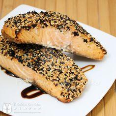 Cansado daquele peixinho básico? Hoje ensinarei como fazer um salmão, ou outro peixe de postas mais firmes, com crosta de gergelim ou outras...