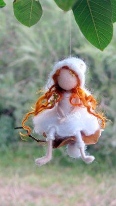 HECHO A LA MEDIDA  Me encanta combinar la lana con la naturaleza. Estos pequeños adornos de hadas son mis creaciones favoritas. Cada uno de ellos tiene su propia personalidad, no pueden haber dos del mismo.  Esta pequeña hada de la Navidad (el hada es de 13 cm, 5.5) se encuentra en una semilla, con estrellas.  Además un poco de magia. Me encantaría dar como regalos para mis amigos y sus hijos. Son de fieltro de aguja, Waldorf inspirado en muñecas. Adorno de fieltro  Eres Bienvenido a mi…