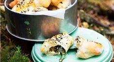 Recept på gifflar med spenat, fetaost och valnötter. Matiga och goda gifflar fyllda med feta, spenat och valnötter. Godast nygräddade. Passar också bra till brunchbuffén.