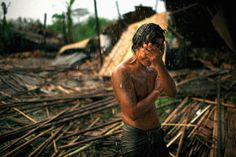 """""""Hhaing O Yu de 29 anos, todo molhado pela chuva, chorando com a mão sobre o rosto após a devastação causada pelo ciclone Nargis em Myanmar"""""""