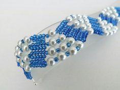 Una pulsera de espiga hermosa, brillante! Hecho de japonés rocallas plata perlas zafiro y cristal forrado en blanco.  Es muy cómodo para usar y definitivamente un colector del ojo!  Esta pulsera de beadwoven es aproximadamente 7.1/4(18,5cm) cuando abrochó de largo y 1 (2, 5cm) ancho.  Revisa mis otras cuentas pulseras en diferentes colores, estilos y diseños: http://www.etsy.com/shop/MadeByKatarina?section_id=5864174  Si tienes alguna duda, comuníquese conmigo.  Gracias por mirar y tenga un…