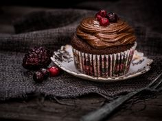 Δύο συνταγές για όλους ... Chocolate Cupcakes, Chocolate Recipes, Happy Pills, Dairy Free Recipes, Free Food, Cheesecake, Treats, Vegan, Desserts