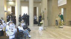 Lo primero que hizo el Papa Francisco al llegar a Azerbaiyán fue celebrar Misa en la iglesia de la Inmaculada, en el Centro Salesiano de la ciudad. Participó un grupo de fieles entre las que se encontraban algunas Misioneras de la Caridad, la congregación fundada por la recién proclamada santa Madre Teresa de Calcuta.
