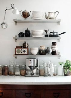 nicho na cozinha - beautiful, stylish kitchen shelf styling Kitchen Interior, Kitchen Decor, Kitchen Styling, Eclectic Kitchen, Boho Kitchen, Interior Livingroom, Kitchen Linens, Decoration Inspiration, Shelf Inspiration