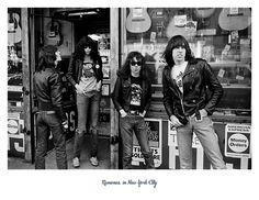 Die Ramones, 1976 in New York, spontane Fotografie von Danny Fields ein US-amerikanischer Musik-Manager. Er ist bekannt für seinen Einfluss auf die Entstehung des Punk.   https://youtu.be/zGgfHZ02I2k