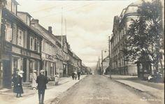 Troms fylke TROMSØ. Prima gatemiljø fra Storgaten. Folk og butikker. Bl a Jacob Friis. Utg Mittet tidlig 1900-tall