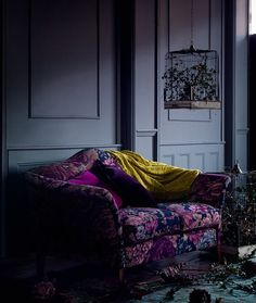 Dark walls with purple floral sofa Lounge, Dark Interiors, Scandinavian Home, Interiores Design, House Colors, Interior Decorating, Decorating Games, Upholstery, House Design