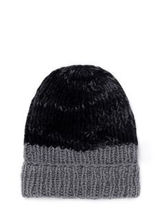 Meticulous craftsmanship and outstanding quality prevail in The Elder Statesman's creations and this chunky knit beanie is of no exception. Made of 100% cashmere, this soft hat will keep your crown snug and cosy even during ski and snow.