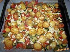 GRILOVANÁ ZELENINKA S POKRÝVKOU Z BALKÁNSKÉHO SÝRA úžasné jednoduché a zdravé jídlo Zelenina, kterou máte rádi jako grilovanou - zde použity 3 menší cukety, 2 papriky, 3 rajčata, asi 6 brambor, pár kapek olivového oleje, česnek, koření - podle chuti - já používám vždy oregáno, bazalku a dále např. koření grilovací, na americké brambory, na grilovanou zeleninu apod., dále balkánský sýr - zde použito cca 100g. Healthy Snacks, Healthy Eating, Healthy Recipes, Vegetable Dishes, Vegetable Recipes, Czech Recipes, Food 52, No Cook Meals, Food Hacks