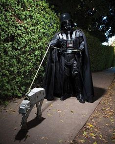 Darth Vader and AT AT Starwars dog Costume - Star Wars Meme, Star Wars Witze, Sibling Halloween Costumes, Best Friend Halloween Costumes, Last Minute Halloween Costumes, Halloween Kostüm, Group Halloween, Toddler Halloween, Halloween Makeup