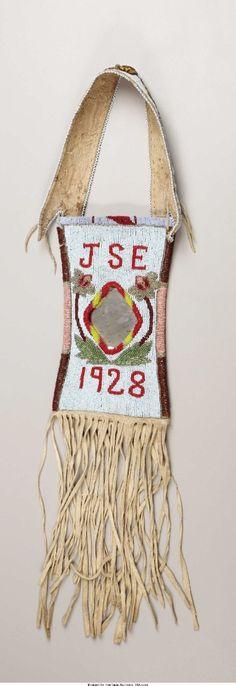 Сумочка для зеркала, Кроу. А. Период: 1928 год. Длина 26 дюймов.  Собственность John Smart Enemy, Pryor, MT. Custer Battlefield Trading Post, Crow Agency, MT. Heritage Auctions. 2007 Dallas, TX - American Indian Art Signature Auction #681