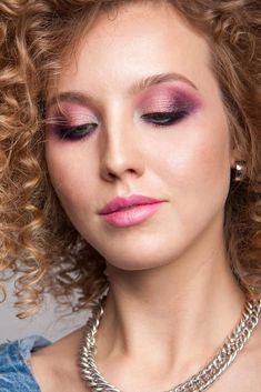 Two Colored Shimmer Eyeshadow Makeup With Pink Lips ★ Simple and cre. - Two Colored Shimmer Eyeshadow Makeup With Pink Lips ★ Simple and creative makeup id - 80s Eye Makeup, 80s Makeup Looks, 80s Makeup Trends, Blue Eyeshadow Makeup, Rock Makeup, Party Makeup Looks, Silver Eyeshadow, Red Lipstick Makeup, Bright Eye Makeup