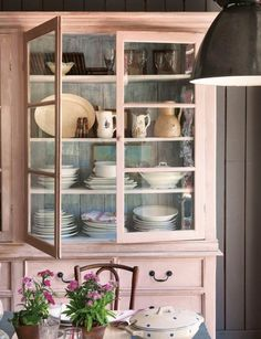 Tips for Shabby and Chic Vintage Cupboard Design Ideas Decoration Buffet, Kitchen Decor, Kitchen Design, Cupboard Design, Style Deco, Cottage Style, Rose Cottage, China Cabinet, Painted Furniture