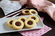 Occhi di bue alla nutella: golosi biscotti al burro con farcitura di nutella o crema di nocciole. La preparazione è molto semplice. Perfetti in ogni momento