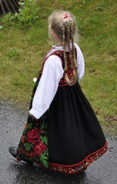 Hallingbunad 17. mai 2013, Gamle Nes, Nesbyen Foto Vibeke Hjønnevåg…