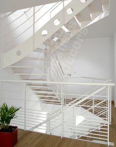Escalier d'intérieur design en métal et bois sur plusieurs niveaux pour une décoration contemporaine.  - © Photo : Vanessa DESCHUYTENEER