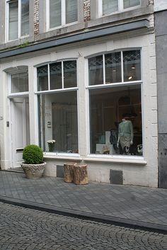 La Neuvieme Paris Rechtstraat 75... Types Of Acne, Garage Doors, Windows, Outdoor Decor, Home Decor, Decoration Home, Room Decor, Home Interior Design, Carriage Doors