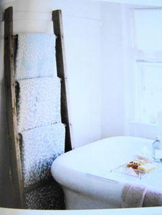 porte serviette avec une échelle de récup pour une déco de salle de bain chic et pas chère