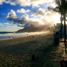 """""""Moça do corpo dourado do sol de #Ipanema...""""- #Rio de Janeiro.  Boa noite gente. .  Ninguém cansa dessa vista nem eu! Fim de tarde nas praias do Rio é pra se curtir todos oa dias. Essa sim é uma das maravilhas da natureza. Simples e lindo por do sol . Recomendo: @zamoracla ㅤㅤ  Use #aosviajantes e acesse o blog para mais dicas do Rio de Janeiro. (link na bio) . . . . . . #aosviajantes #riodejaneiro #021 #carioca #rio #rio2016 #errejota #morro2irmaos #pordosol #instago #brazil #wanderlust…"""