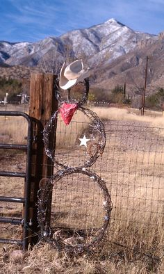 Barbed Wire Snowman Western Christmas Decorations, Western Christmas Tree, Cowboy Christmas, Primitive Christmas, Country Christmas, Christmas Crafts, Winter Decorations, Barbed Wire Decor, Barbed Wire Wreath