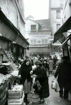 Parigi 1950. Rue Mouffetard market many years ago.