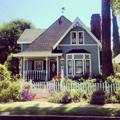 32 Stunning American House Architecture Design Ideas That Most People Look For Victorian Style Homes, Victorian Cottage, Folk Victorian, Cottage Exterior, House Paint Exterior, Cottage Homes, Cottage Style, American Houses, Sims House