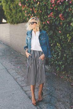 Listras verticais nunca foram tão cool como agora. Jaqueta jeans, camisa social, saia midi listrada, skarpin