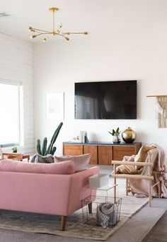 The perfect mix of modern, vintage, and boho in this gorgeous living room! | Vintage Revivals