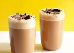 Кофейный смузи  Ингредиенты: кофе — ½ ст.сгущенное молоко — 3 ст. л.лед — ½ ст. Способ приготовленияСмешиваем охлажденный крепкий кофе, сгущенное молоко и лед с помощью блендера. Кофейный смузи разливаем в стаканы и украшаем шоколадной стружкой.