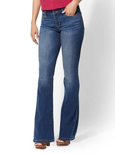 Explore the classic feel of all our women's bootcut jeans at New York & Co. Our versatile bootcut jeans make it easy to create looks you'll love. Outfit Jeans, Boyfriend Jeans Outfit, Cute Outfits With Jeans, Jean Outfits, Casual Outfits, Summer Outfits, Ripped Jeans Mens Fashion, Ripped Skinny Jeans, Wide Leg Jeans