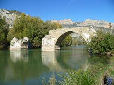 Camarasa es un municipio de la comarca catalana de la Noguera en Lérida, cuenta con un importante pantano, los restos de un castillo y de un puente románico.