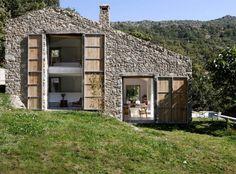 Egy spanyolországihegyi falu,a portugál határhoz közeli Extremadura számtalan régi, omladozó istállójának egyikét alakította otthonná az Ábaton építészcég testvérpárja,Carlos és CaminaAloso. A hegytetőn állórozogaépítmény kőfalaitbelülről...